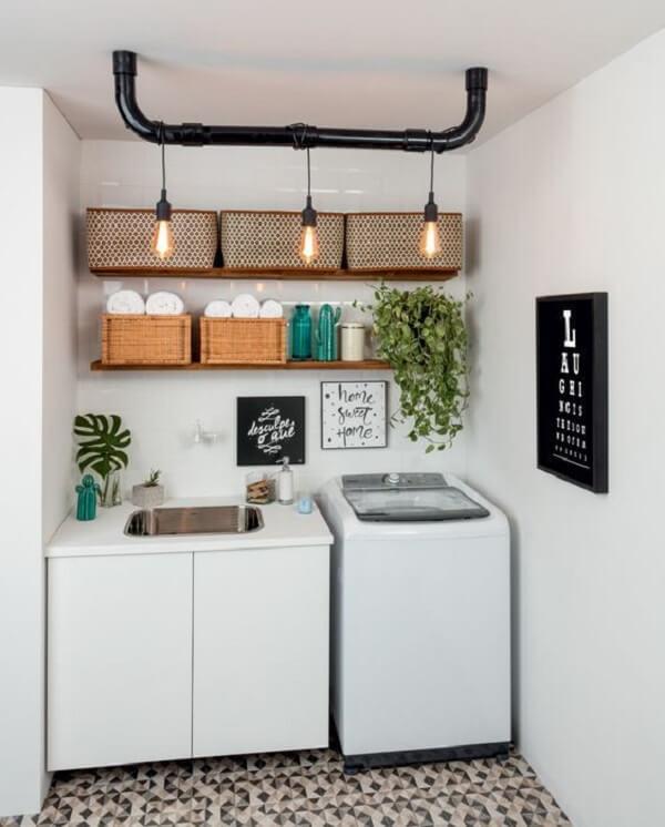 Prateleiras de madeira e piso frio geométrico decoram essa área de serviço simples