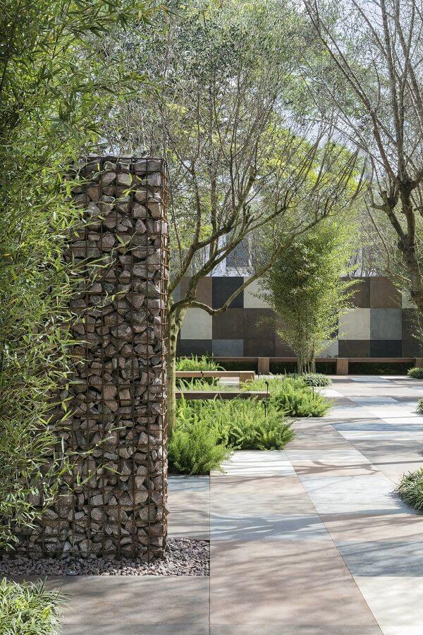 Projeto paisagístico com muro de pedra