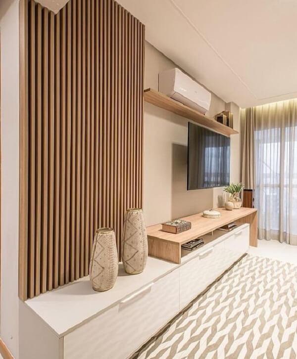 Rack com painel ripado de madeira para sala de estar