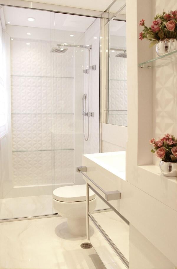 Revestimento 3D e chuveiro cromado decoram o banheiro