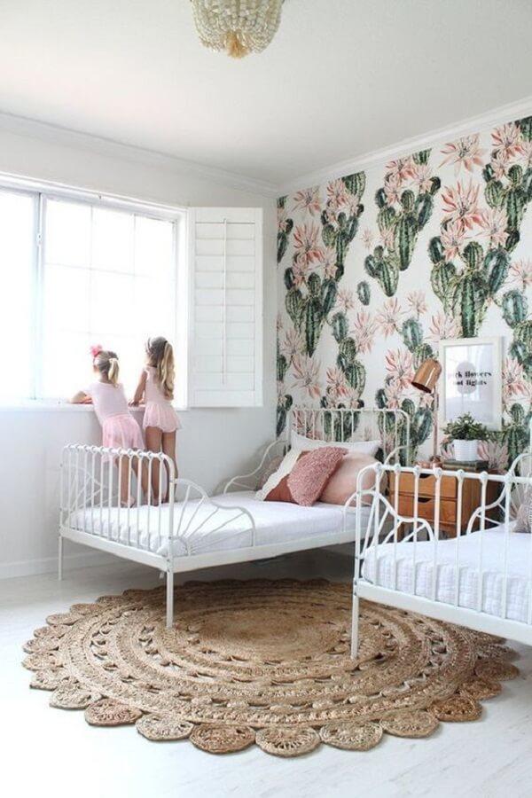 Se você optar por um papel de parede chamativo procure escolher um tapete neutro para quarto