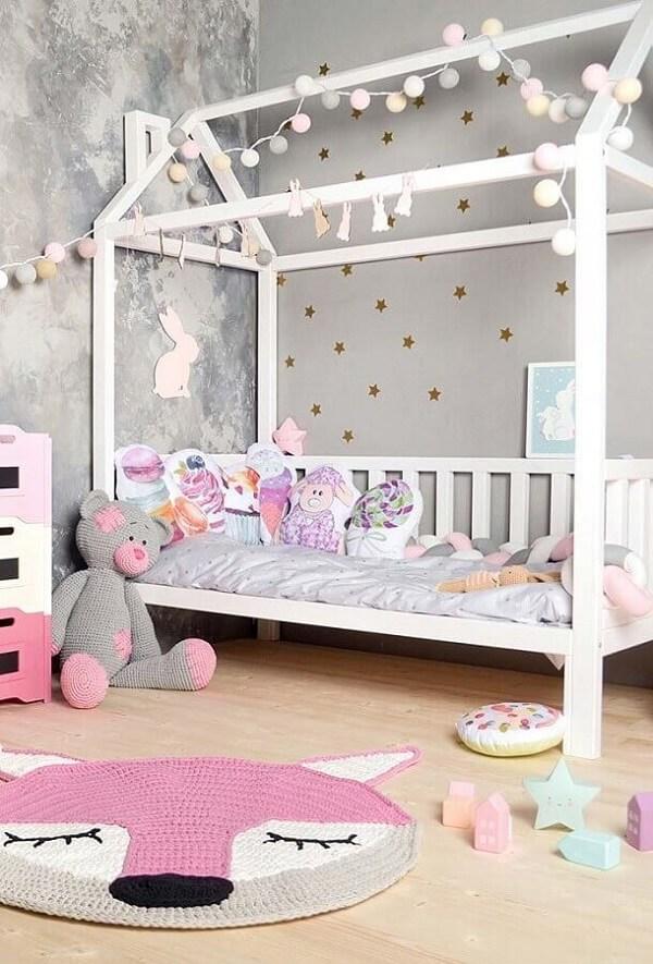 Tapete de crochê para quarto infantil feminino nos tons de cinza e rosa