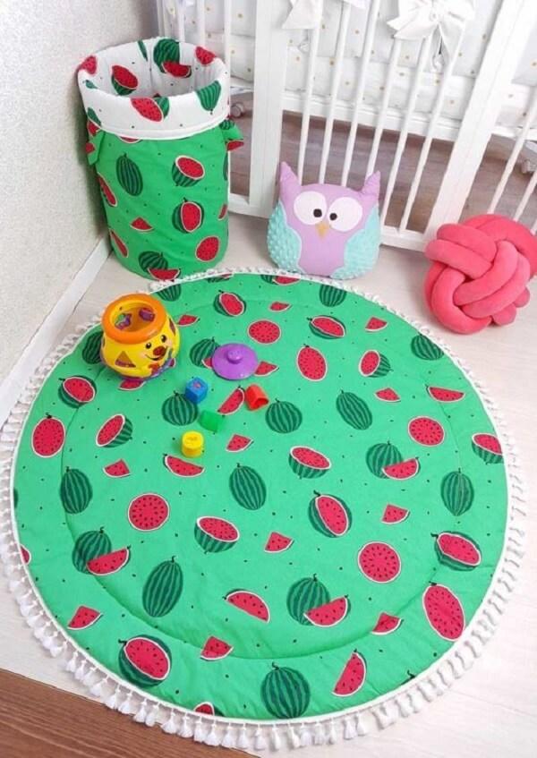 Tapete para quarto infantil e cesto formam uma combinação perfeita