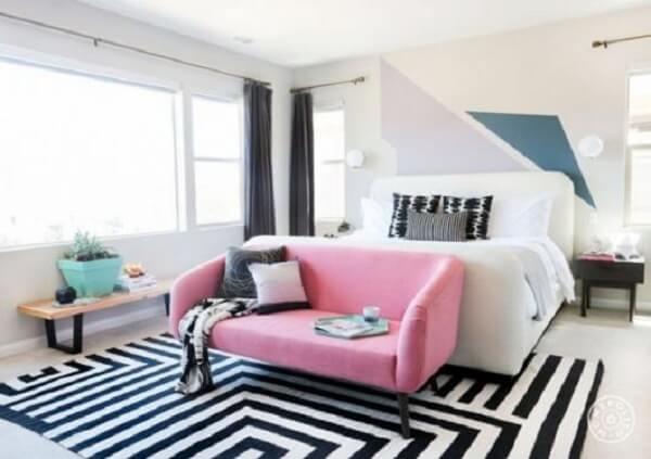 Tapete preto e branco geométrico com sofá rosa