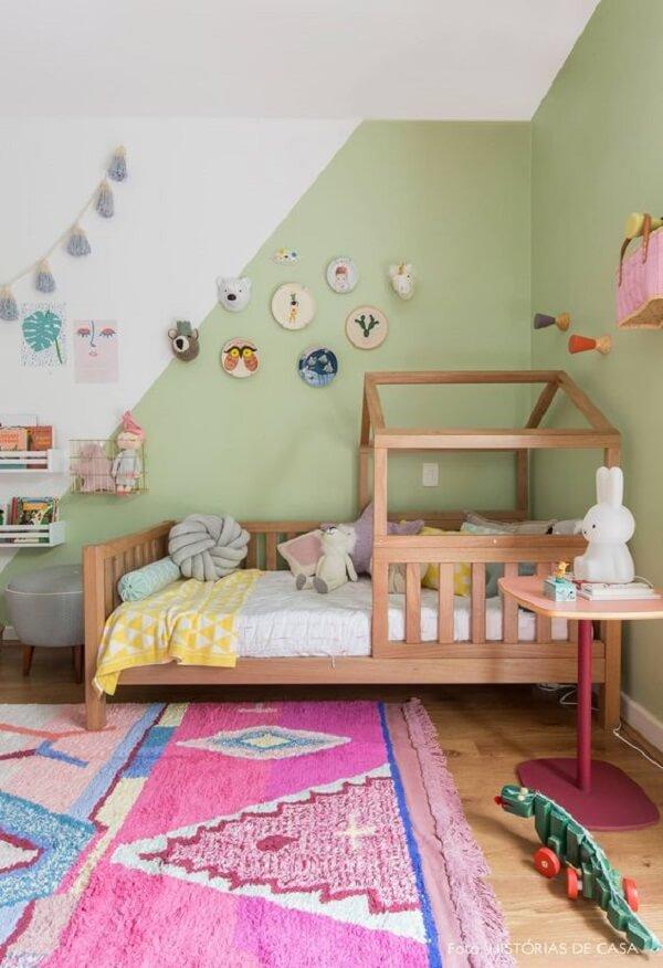 Tapete rosa para quarto infantil com nuances em azul e branco