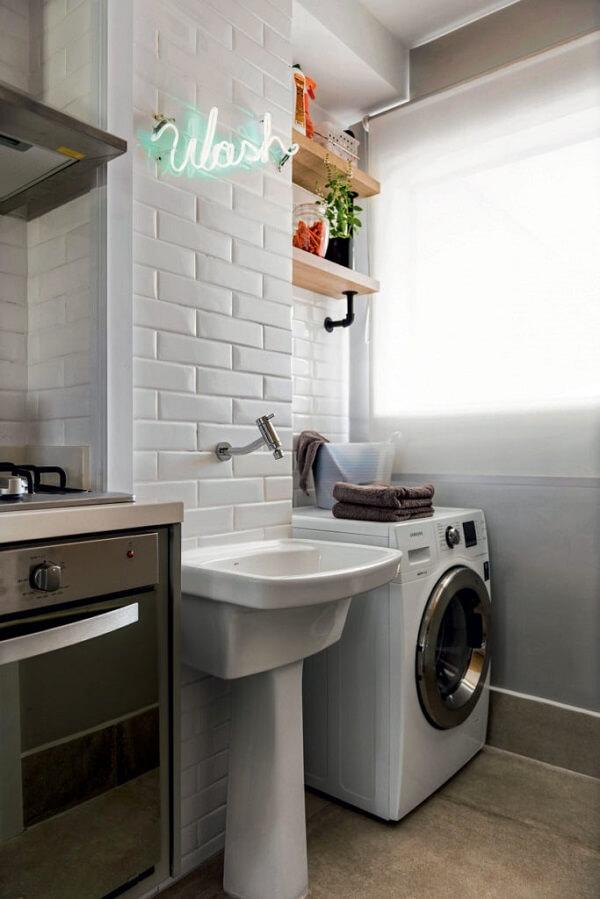 Troque os armários por prateleiras na área de serviço simples e organizada