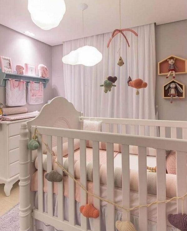 Utilize nichos casinha e prateleira para quarto de bebê e otimize o espaço