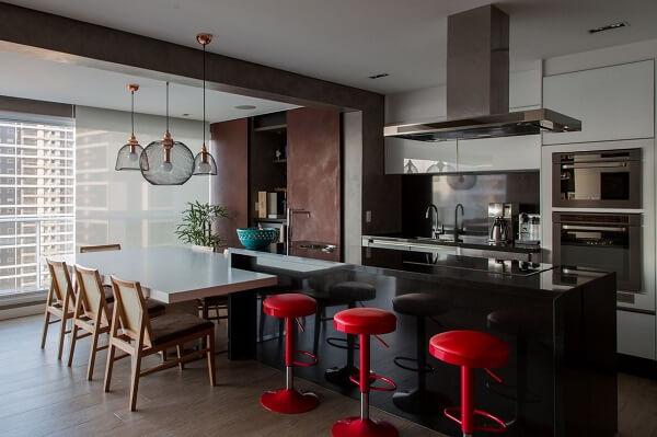 Varanda gourmet decorada com banqueta vermelha retrô