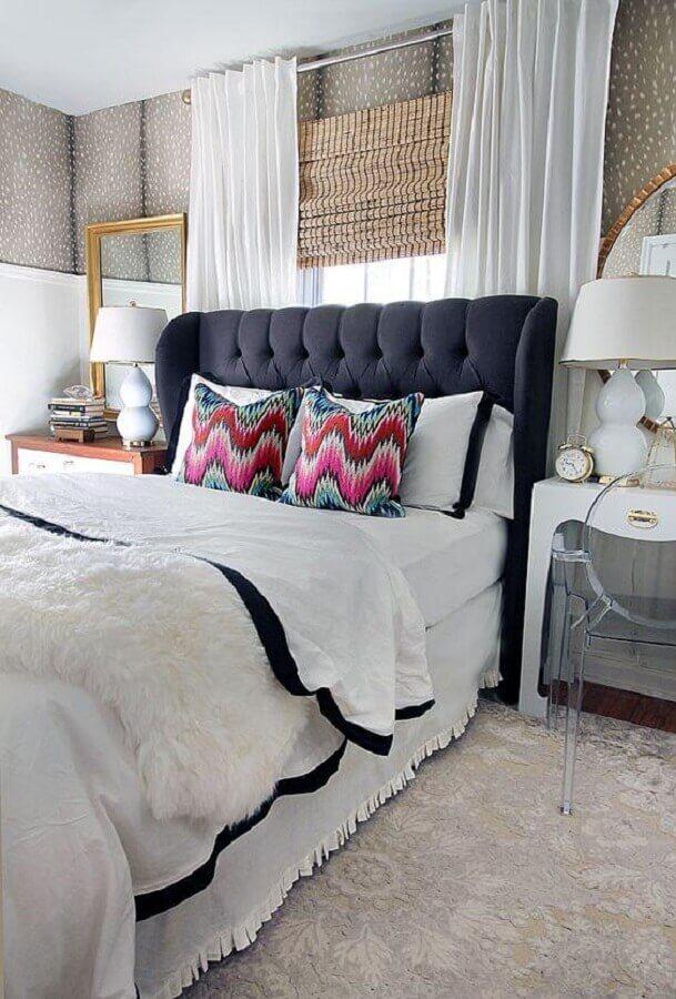 abajur de cabeceira branco para quarto decorado com almofadas coloridas Foto Archzine