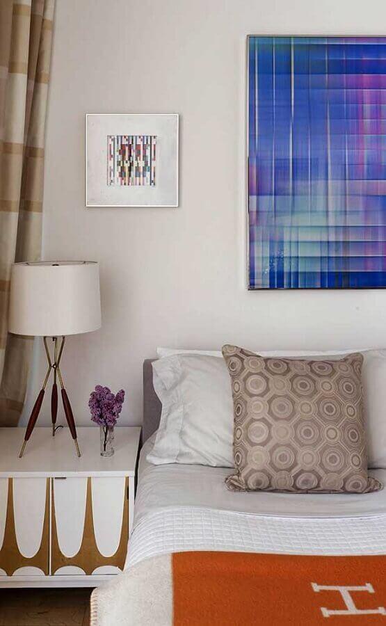 abajur de cabeceira para quarto decorado com quadro azul Foto Home Fashion Trend