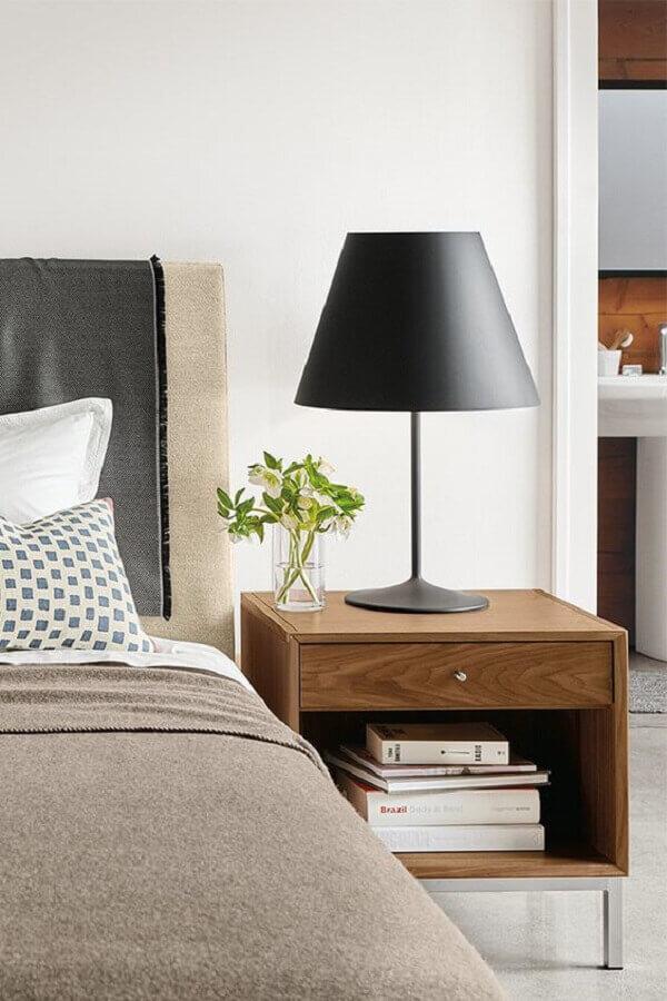 abajur de cabeceira preto para quarto decorado com criado mudo de madeira Foto Room & Board