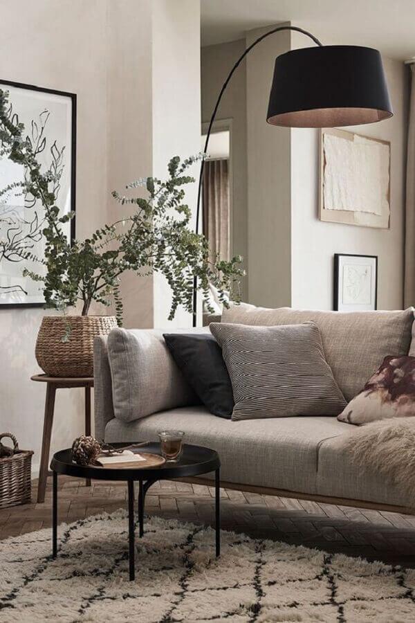 abajur de chão para sala de estar decorada com mesa de centro preta e sofá cinza  Foto Planete-deco