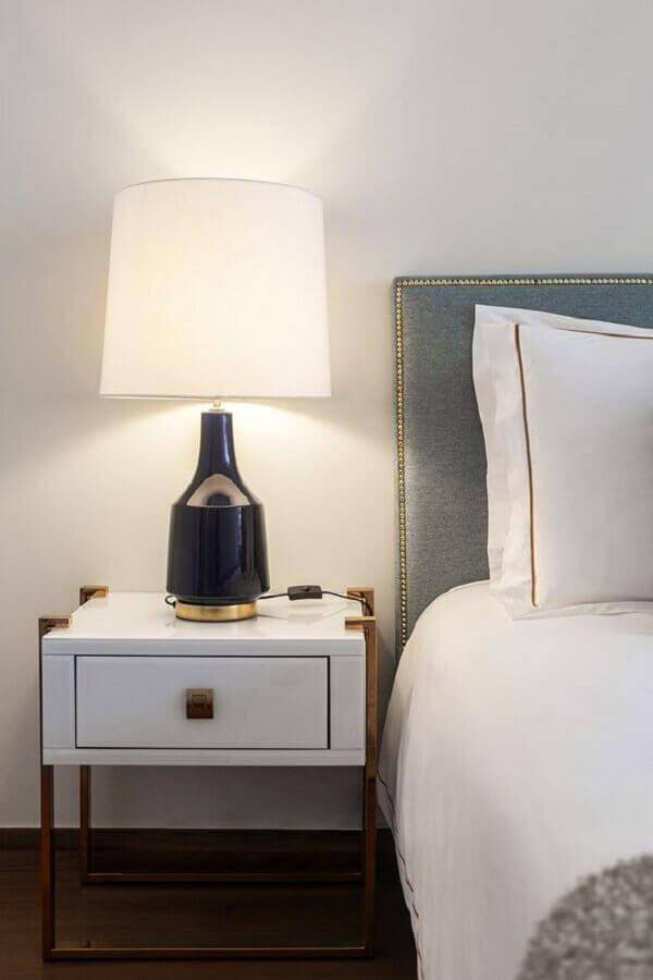abajur para cabeceira de quarto de casal decorado em cores neutras Foto Rúbia M. Vieira Interiores