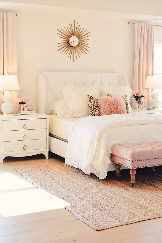 Quarto charmoso com almofada rosa antigo