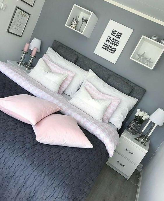 Almofada rosa bebe no quarto de casal