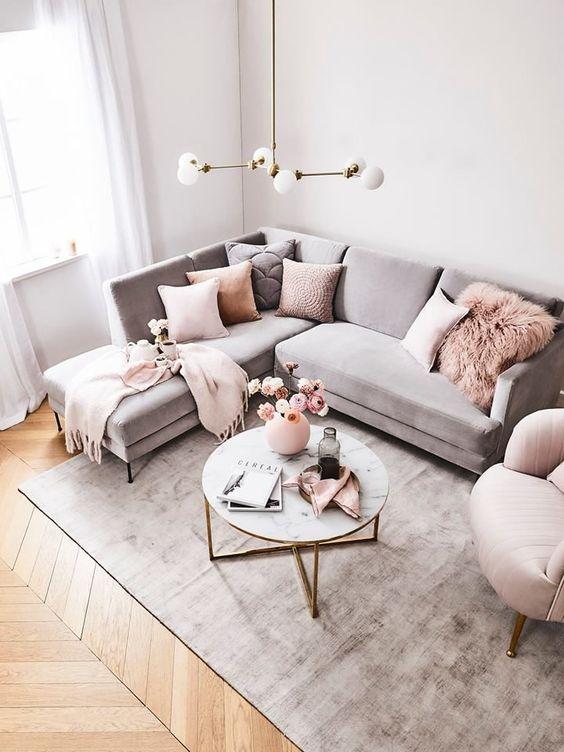 Sofá cinza com almofadas rosa