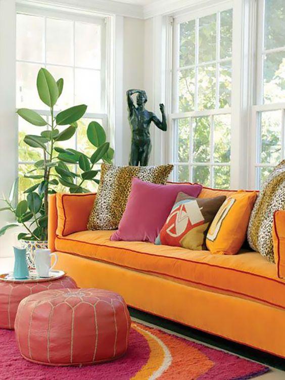 Sofá laranja com almofada rosa