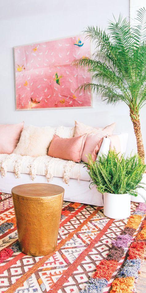 Almofada rose gold com plantas na decoração