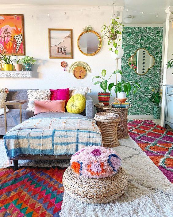 Almofada rosa com sofá cinza