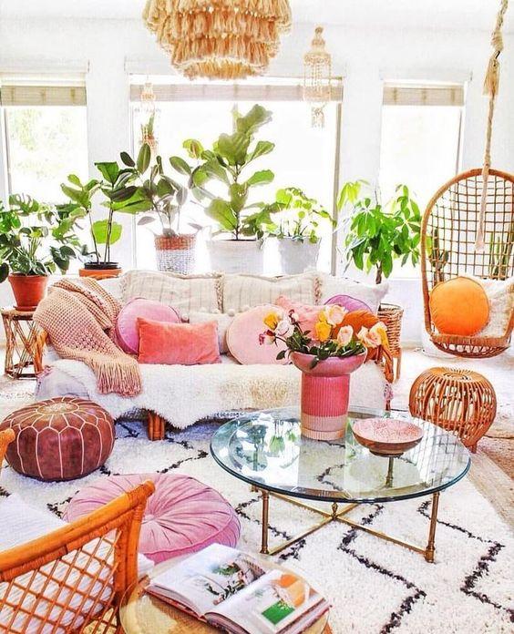 Sala moderna e colorida com almofada rosa