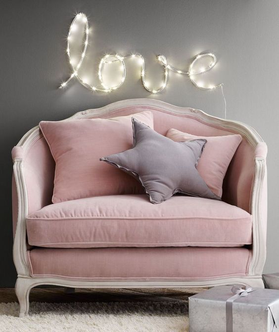 Poltrona com almofada rosa