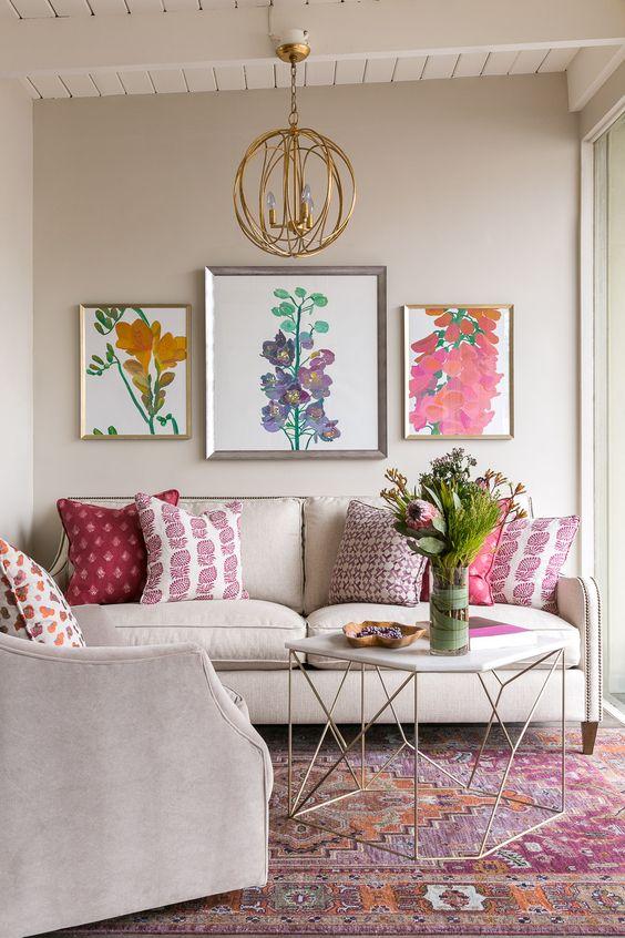 Sofá bege com almofada rosa estampada