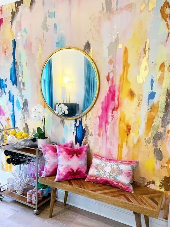 Sala colorida com almofada rosa