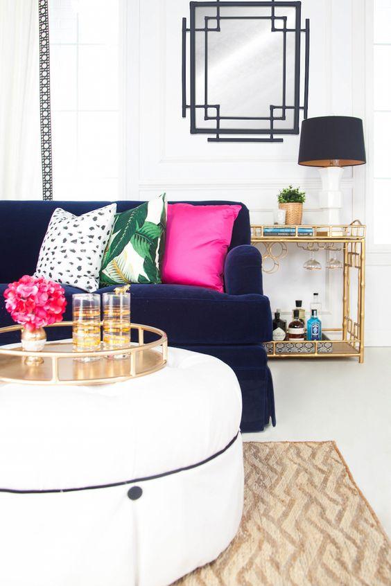 Almofada rosa no sofá azul marinho
