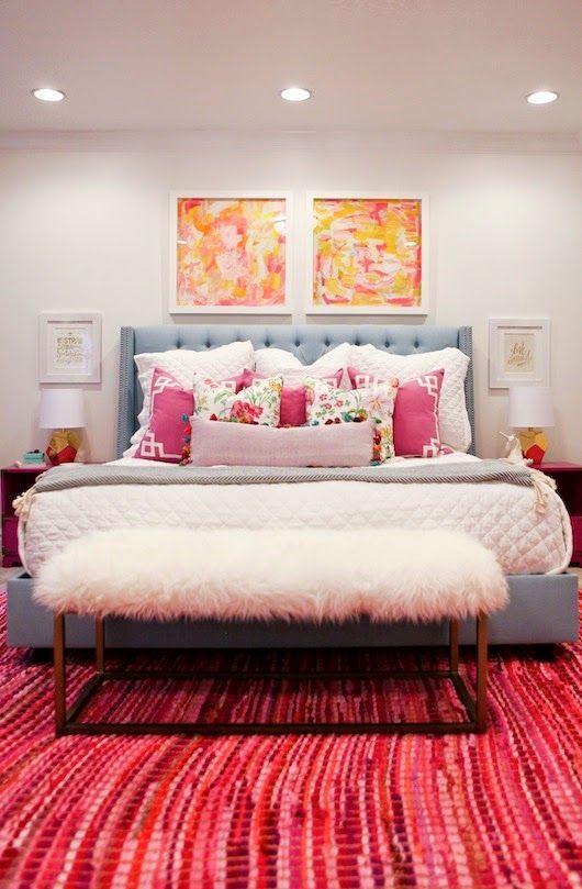 Quarto moderno com almofadas rosa estampadas