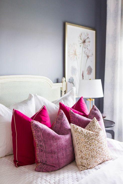 Almofadas rosa e roxo no quarto moderno