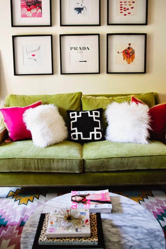 Almofada rosa e branca no sofá verde