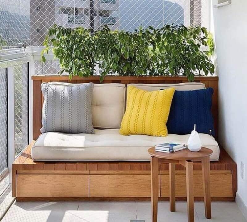 almofadas coloridas para varanda decorada com sofá pequeno de madeira Foto Dicas de Mulher
