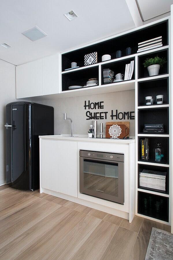 armário planejado com nichos para decoração de cozinha pequena preto e branco Foto Fernanda Marques Architect