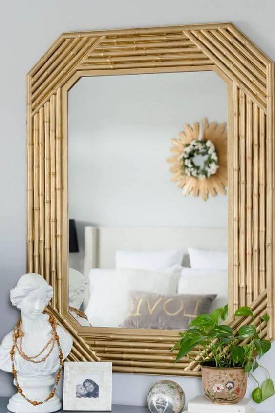 Espelho com moldura pintada de dourado