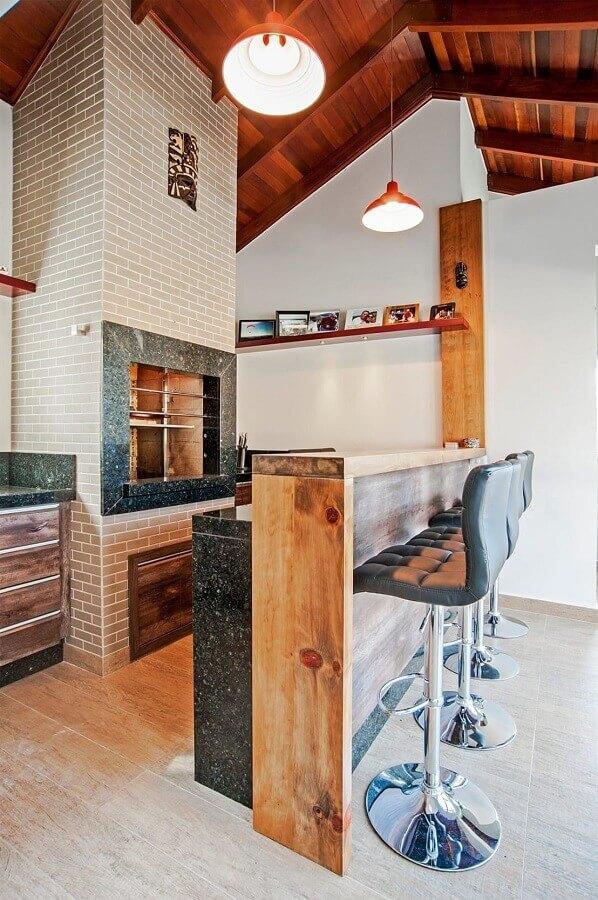 bancada de madeira para decoração de varanda gourmet rústica com churrasqueira Foto Patrícia Azoni