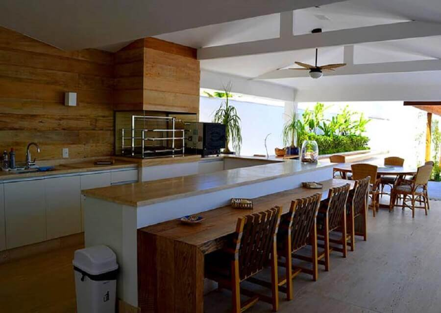 bancada de madeira para varanda gourmet com churrasqueira de vidro  Foto Pinterest