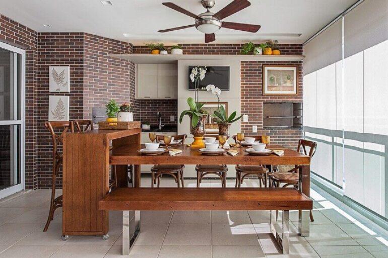 bancada e mesa de madeira para decoração de apartamento com varanda gourmet com churrasqueira Foto Jeito de Casa