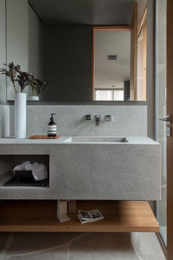 bancada planejada cinza e prateleira de madeira para decoração de banheiro minimalista  Foto Casa de Valentina
