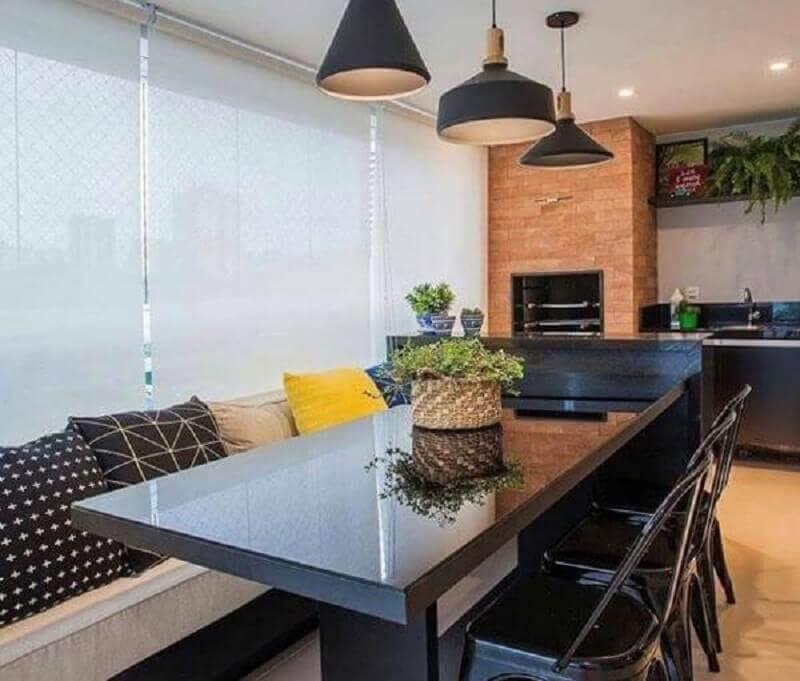 bancada planejada com mesa de jantar para varanda gourmet pequena com churrasqueira em apartamento  Foto Pinterest
