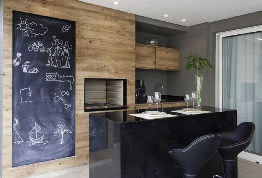 bancada preta para decoração de varanda gourmet pequena com churrasqueira simples  Foto Lolafá