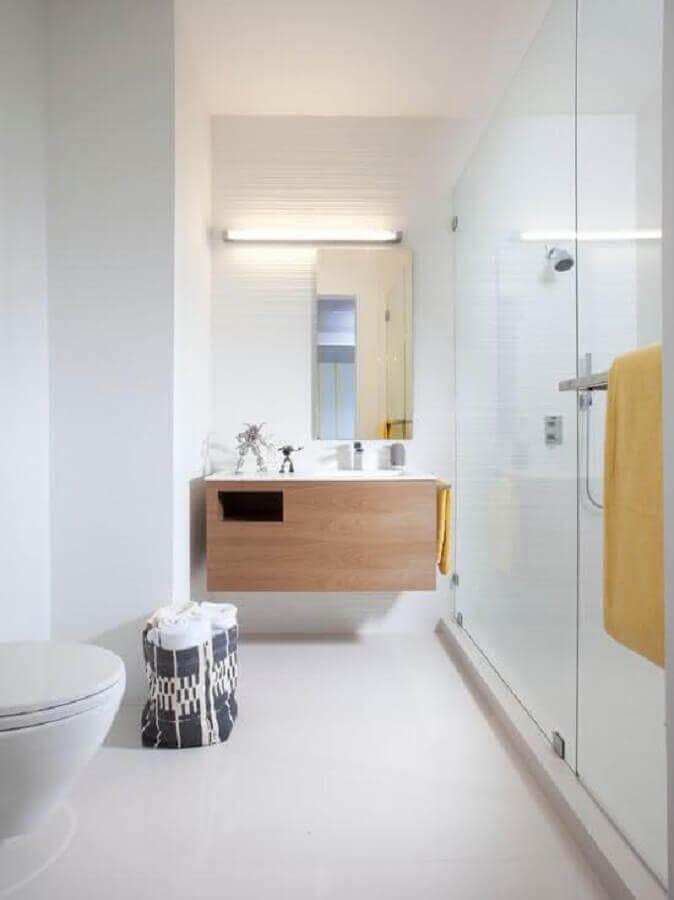 banheiro minimalista branco decorado com gabinete de madeira planejado Foto Casa de Valentina