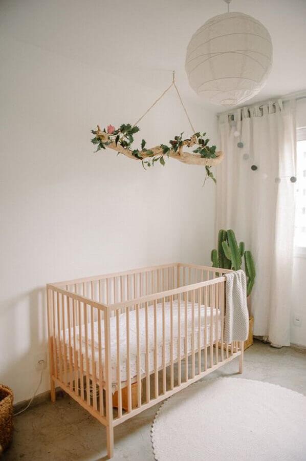 berço de madeira e cacto grande para decoração de quarto de bebê minimalista Foto We Heart It