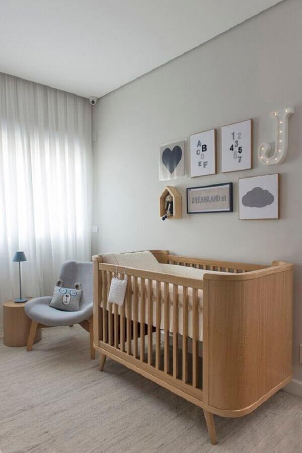 berço de madeira e poltrona cinza para quarto de bebê minimalista Foto Marrie Ometto