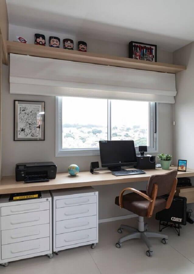cadeira confortável para home office decorado com bancada de madeira e gaveteiro branco  Foto Marina Carvalho Arquitetura