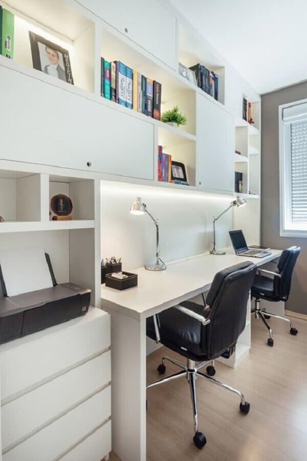 cadeira confortável para home office planejado com estante de nichos  Foto Habitissimo