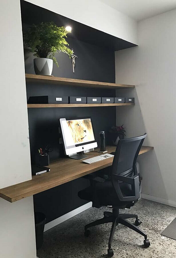 cadeira confortável para home office preto decorado com bancada e prateleiras de madeira  Foto Futurist Architecture