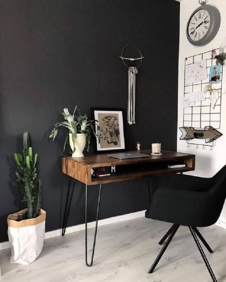 cadeira confortável para home office preto e branco decorado com escrivaninha de madeira Foto Apartment Therapy