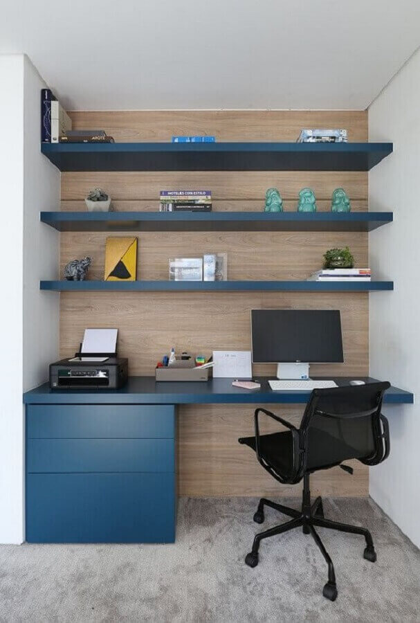 cadeira ideal para home office planejado azul com revestimento de madeira na parede  Foto Casa de Valentina