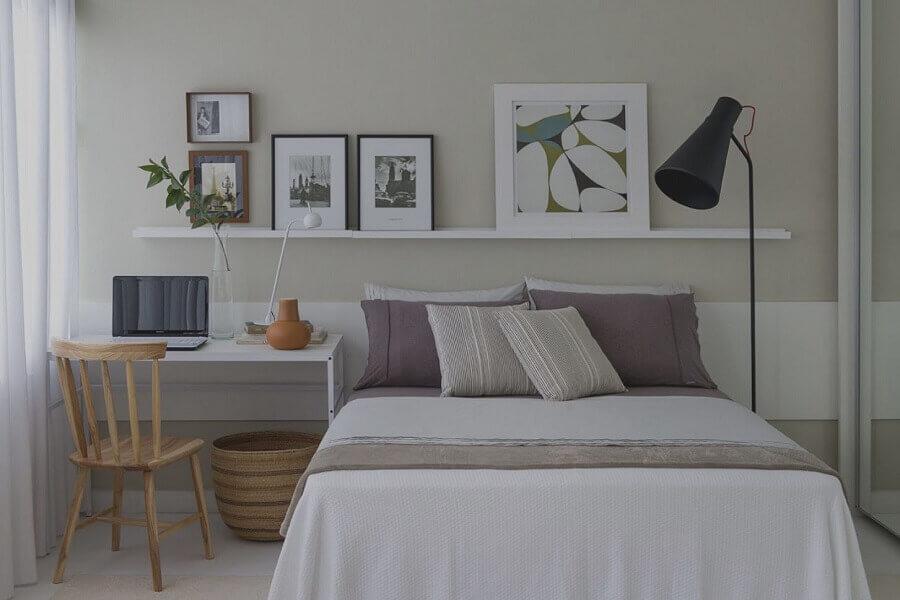 cadeira para home office em quarto de casal decorado em cores sóbrias  Foto Pinterest