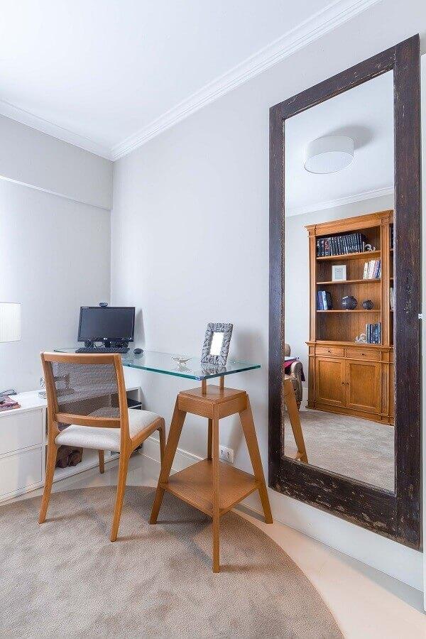 cadeira para home office pequeno decorado com escrivaninha de vidro Foto Jeito de Casa